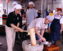 The handsome feature who is kneading the rice is Shihan Yamada.