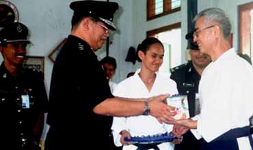 The Commander ACP. Mohd Noh bin Kandah showing his gratitude to Yamada Jun Shihan for introducing Aikido